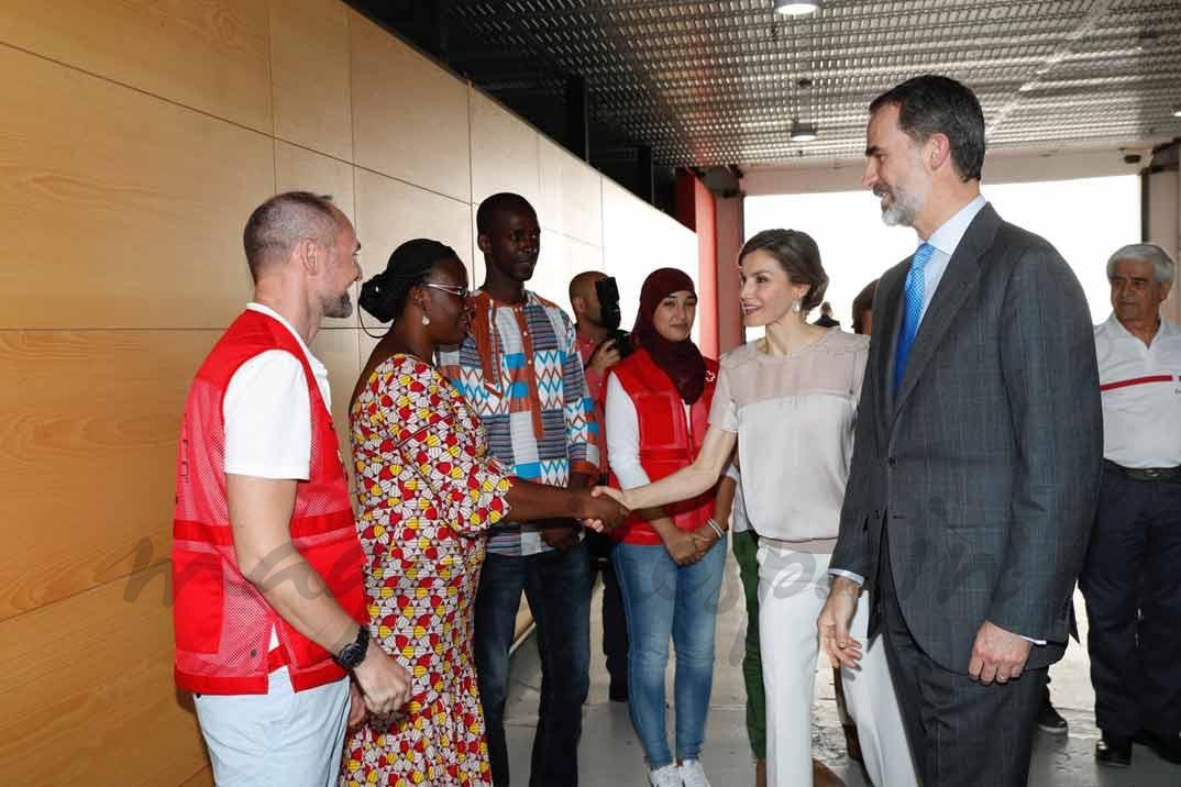 Sus Majestades los Reyes reciben el saludo de colaboradores del Programa Mundial de Alimentos de las Palmas de Gran Canaria y del Centro de Cooperación con África de Cruz Roja Española © Casa S.M. El Rey