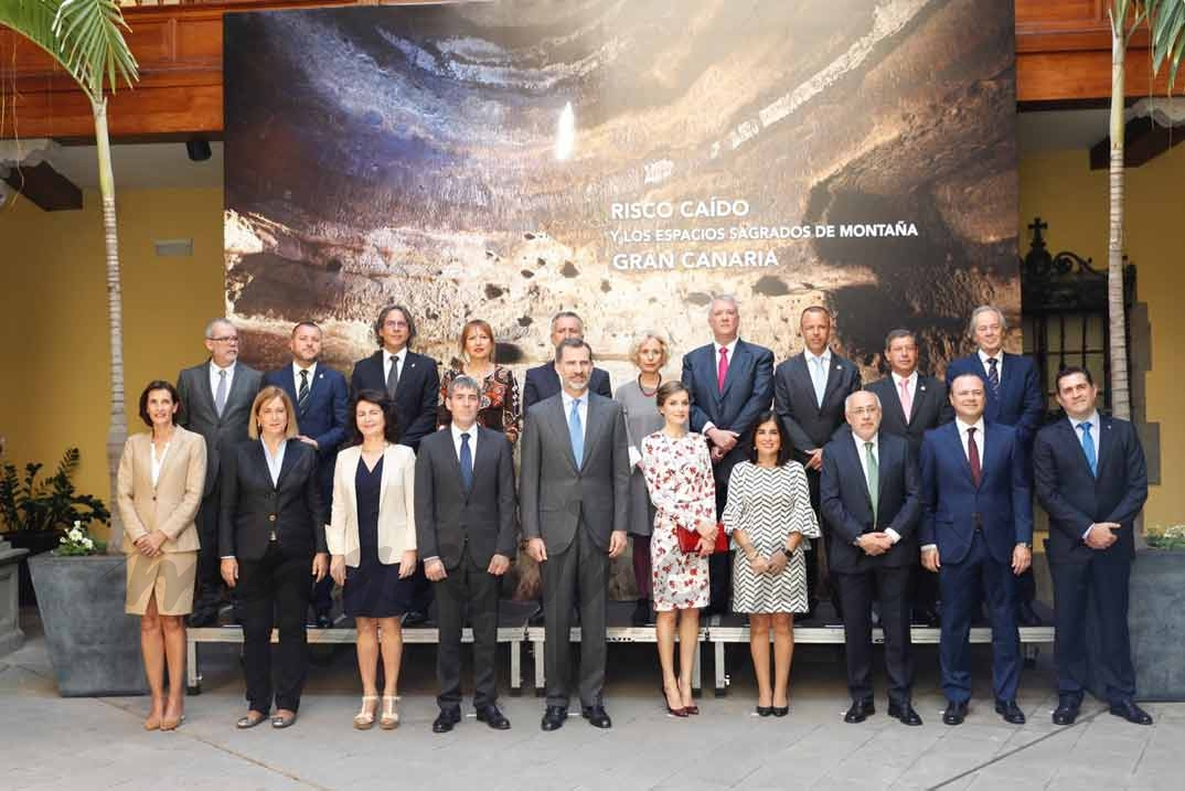 Fotografía de grupo de Sus Majestades los Reyes con los alcaldes y responsables del proyecto de Risco Caído © Casa S.M. El Rey
