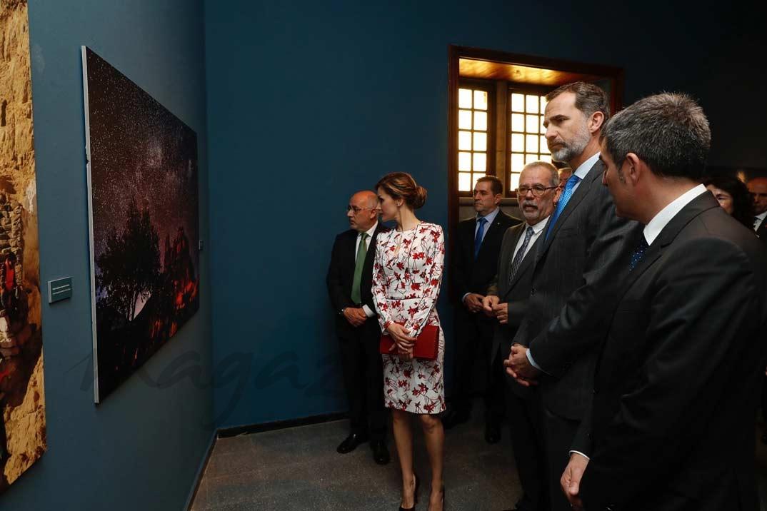 Don Felipe y Doña Letizia durante su recorrido por la exposición de fotografías de gran tamaño y de elementos destacados sobre la candidatura