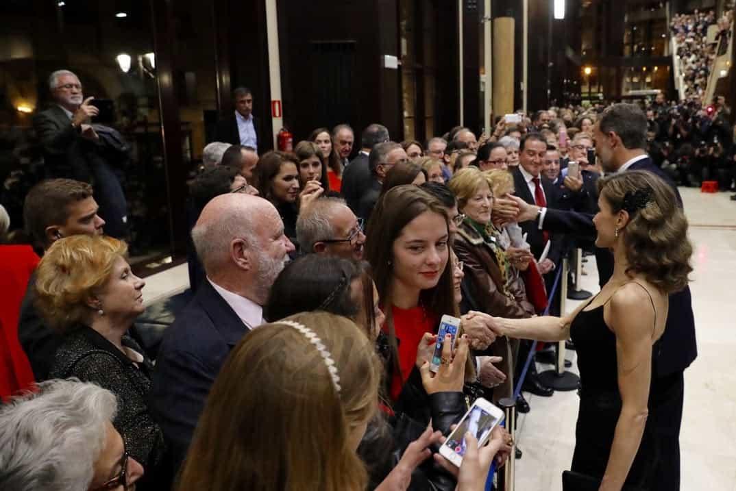 Doña Letizia saluda al público asistente al finalizar el concierto © Casa S.M. El Rey