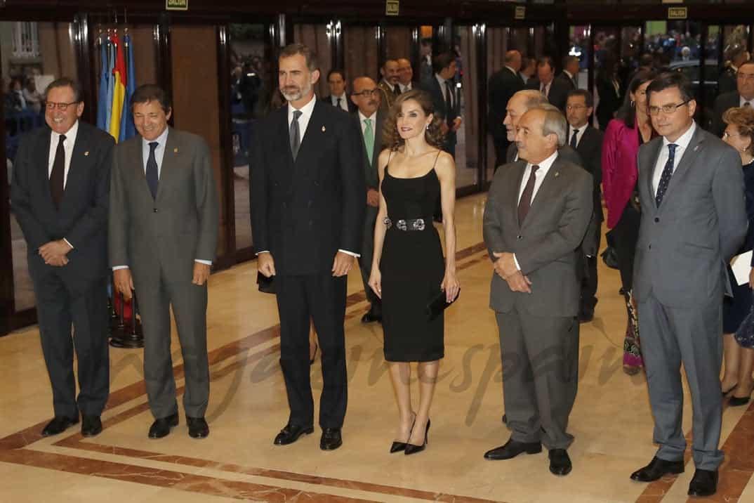 Don Felipe y Doña Letizia, junto con las autoridades que les recibieron a su llegada © Casa S.M. El Rey