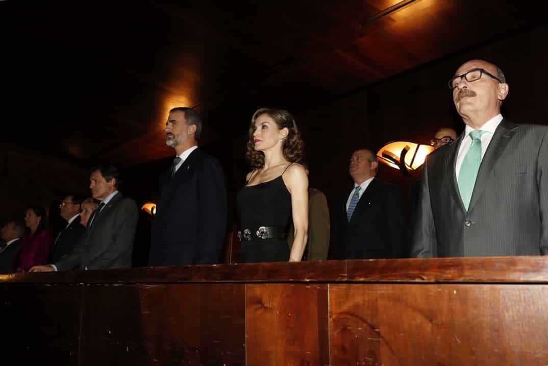 Don Felipe y Doña Letizia, junto al resto de autoridades, en el palco de honor, durante la interpretación del Himno Nacional © Casa S.M. El Rey