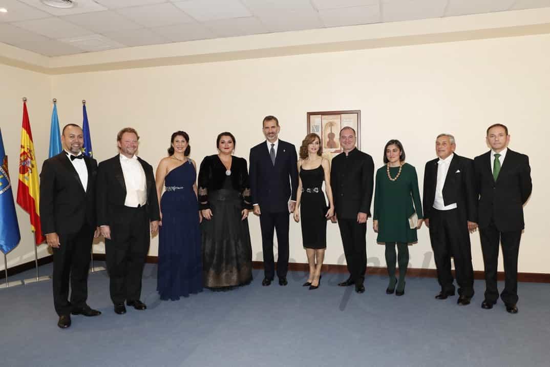 Don Felipe y Doña Letizia, con los directores y los solistas, durante el intermedio © Casa S.M. El Rey