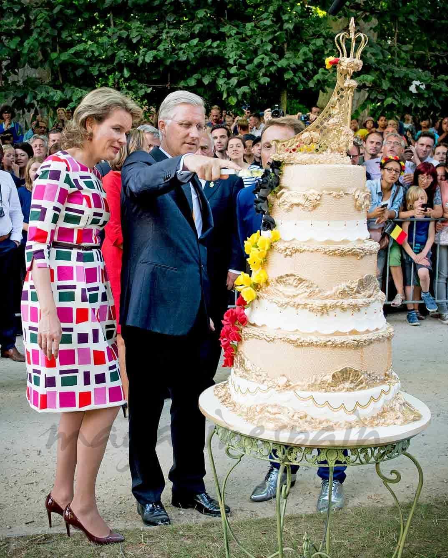 reyes-de-belgica-cortan-la-tarta