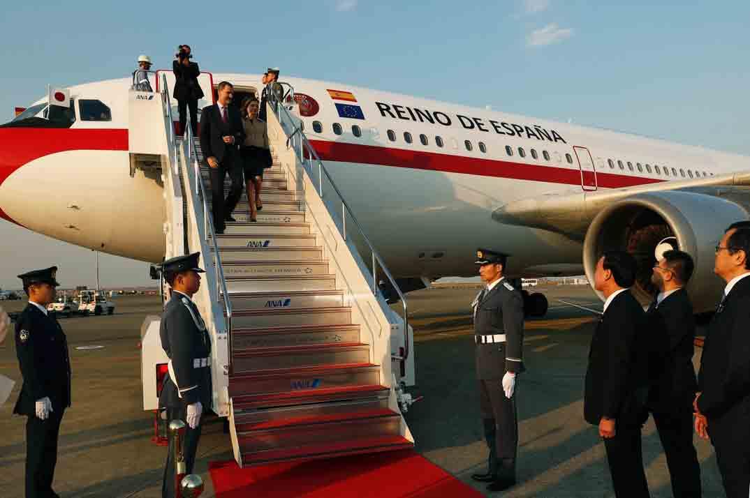 Sus Majestades los Reyes descienden por la escalerilla del avión a su llegada a Japón © Casa S.M. El Rey