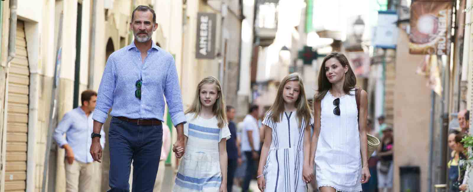 Los Reyes de España y sus hijas paseo por Mallorca