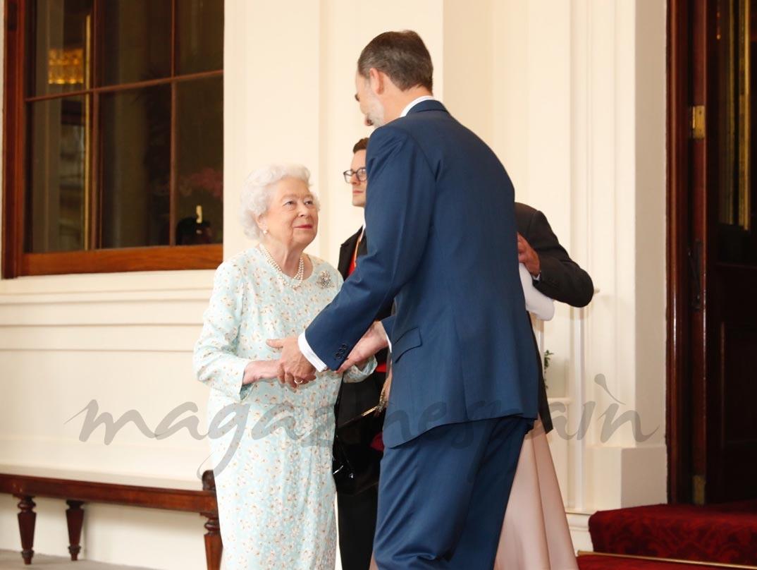 Los Reyes Felipe y Letizia se despiden de la Reina Isabel II de Inglaterra