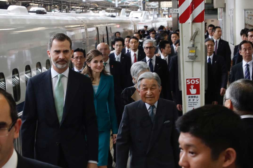 Sus Majestades los Reyes junto a los Emperadores de Japón, en la Estación Central de Tokio momentos antes de coger el Tren Bala © Casa S.M. El Rey