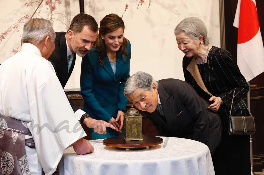 Sus Majestades los Reyes y los Emperadores de Japón observan un reloj original regalado por Su Majestad el Rey Felipe III al gobernador Tokugawa Ieyasu © Casa S.M. El Rey