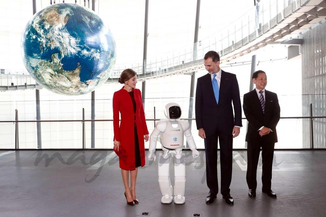 """Sus Majestades los Reyes, el robot """"Asimo"""" y el presidente del Museo Miraikan, Mamoru Mohri © Casa S.M. El Rey"""