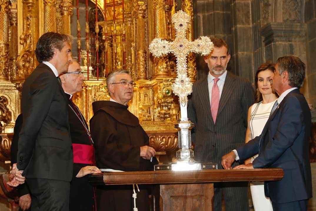 Los Reyes, en la Capilla, reciben explicaciones sobre el Lignum Crucis, fragmento más grande de la Santa Cruz que se conserva © Casa S.M. El Rey