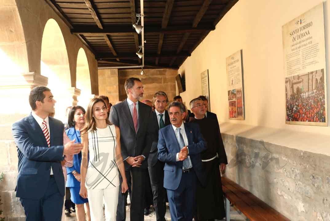 Los Reyes acceden al Claustro del Monasterio donde se exhiben paneles informativos sobre el Año Jubilar Lebaniego ©Casa S.M. El Rey