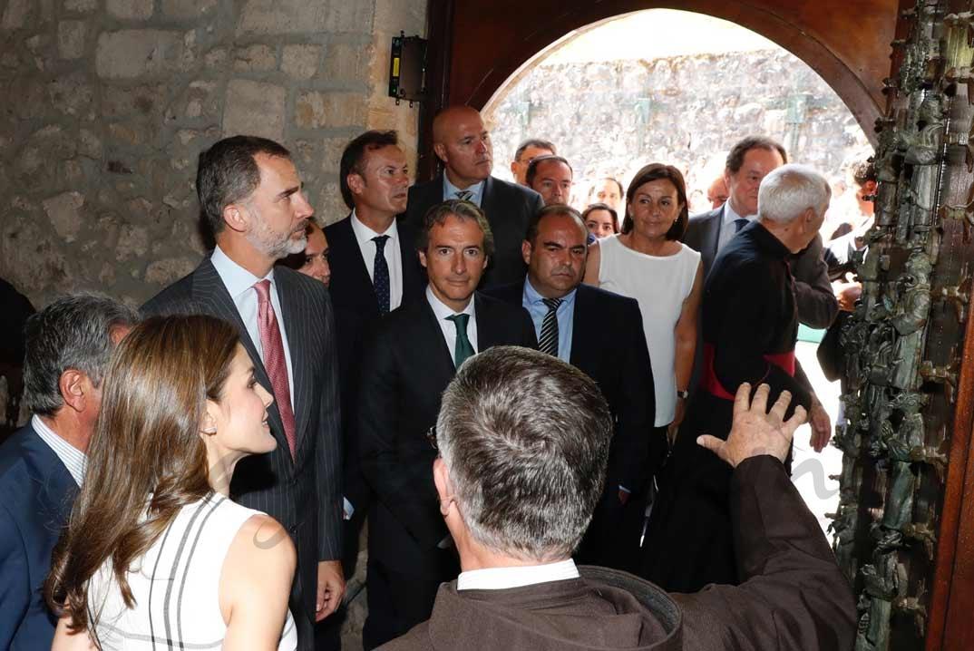 Don Felipe y Doña Letizia reciben las explicaciones sobre la Puerta del Perdón a cargo del padre guardián del Monasterio, Juan Manuel Núñez © Casa S.M. El Rey
