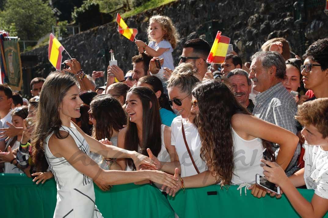 Doña Letizia con las personas que le esperaban a su llegada al Monasterio de Santo Toribio de Liébana © Casa S.M. El Rey