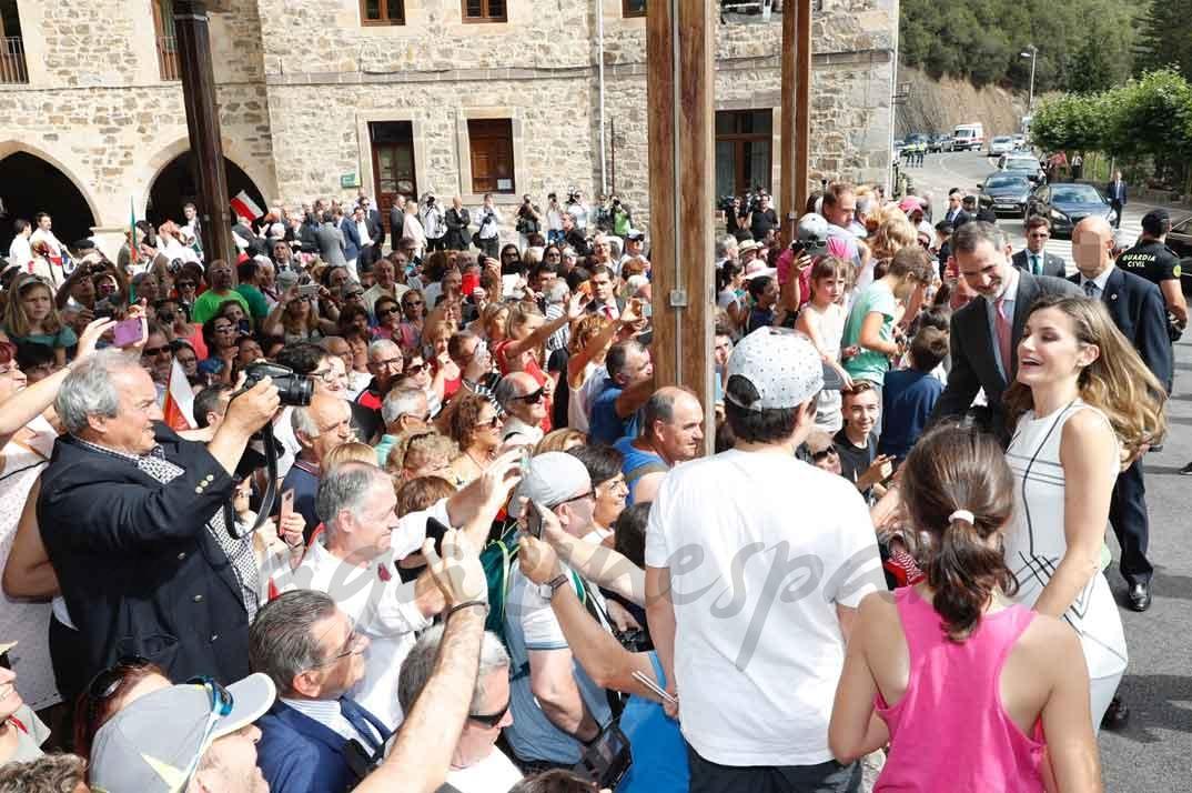 Don Felipe y Doña Letizia reciben el saludo de las personas que les esperaban a la término de la visita © Casa S.M. El Rey