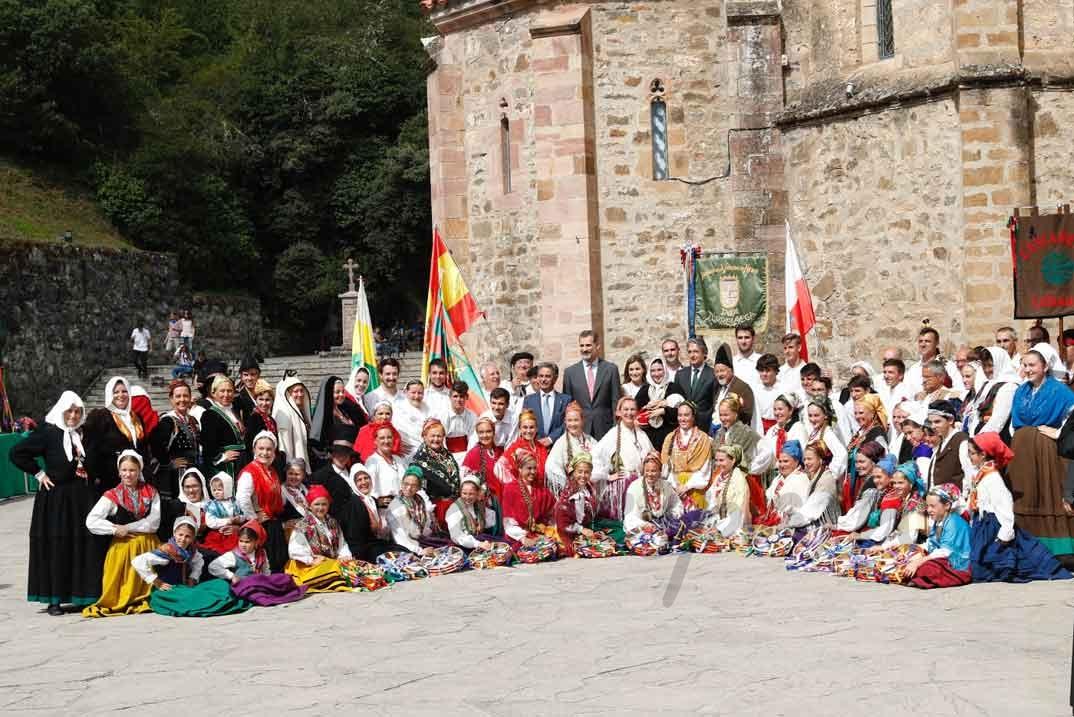 Don Felipe y Doña Letizia con los integrantes del Grupo de Danzas Virgen de las Nieves de Tanos © Casa S.M. El Rey