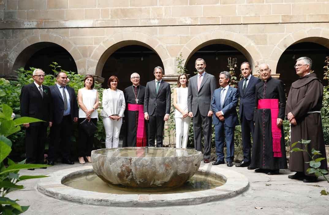 Los Reyes con las autoridades asistentes y con la comunidad religiosa del Monasterio de Santo Toribio de Liébana © Casa S.M. El Rey
