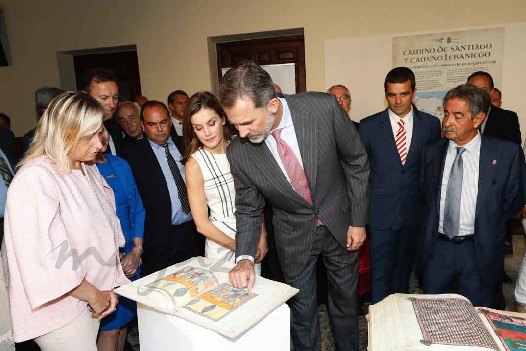 Los Reyes, durante la visita, observan una de las piezas expuestas © Casa S.M. El Rey