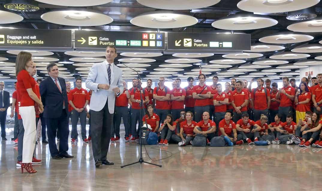 Reyes Felipe y Letizia con el equipo olímpico español para Rio 2016