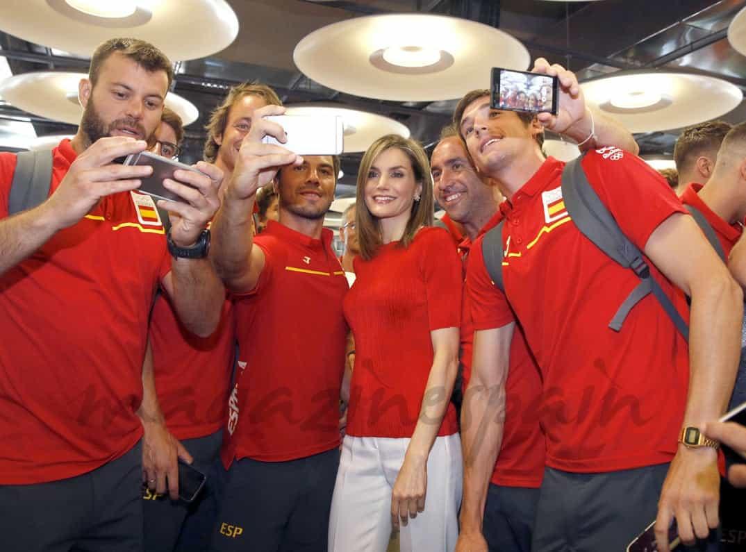 Reina Letizia con el equipo olímpico español para Rio 2016