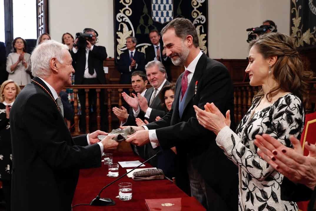 """Sus Majestades los Reyes aplauden a Eduardo Mendoza Garriga, tras hacerle entrega del Premio de Literatura en Lengua Castellana """"Miguel de Cervantes"""" 2016 © Casa S.M. El Rey"""