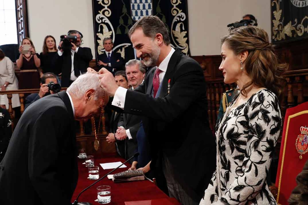 Su Majestad el Rey impone la Medalla a Eduardo Mendoza Garriga © Casa S.M. El Rey