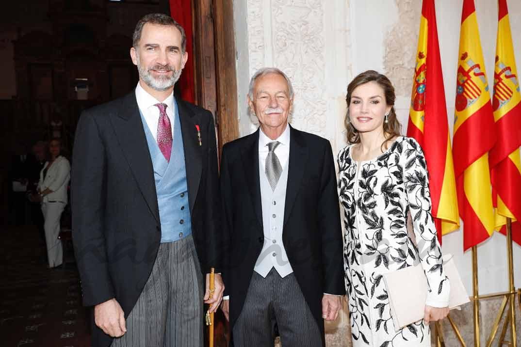 """Sus Majestades los Reyes con el galardonado con el Premio de Literatura en Lengua Castellana """"Miguel de Cervantes"""" 2016, Eduardo Mendoza Garriga © Casa S.M. El Rey"""