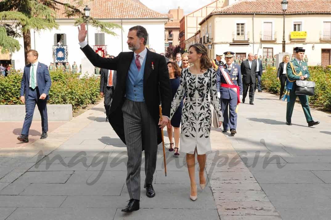 Sus Majestades los Reyes saludan a los vecinos de Alcalá de Henares que se congregaban a su llegada a la Universidad © Casa S.M. El Rey
