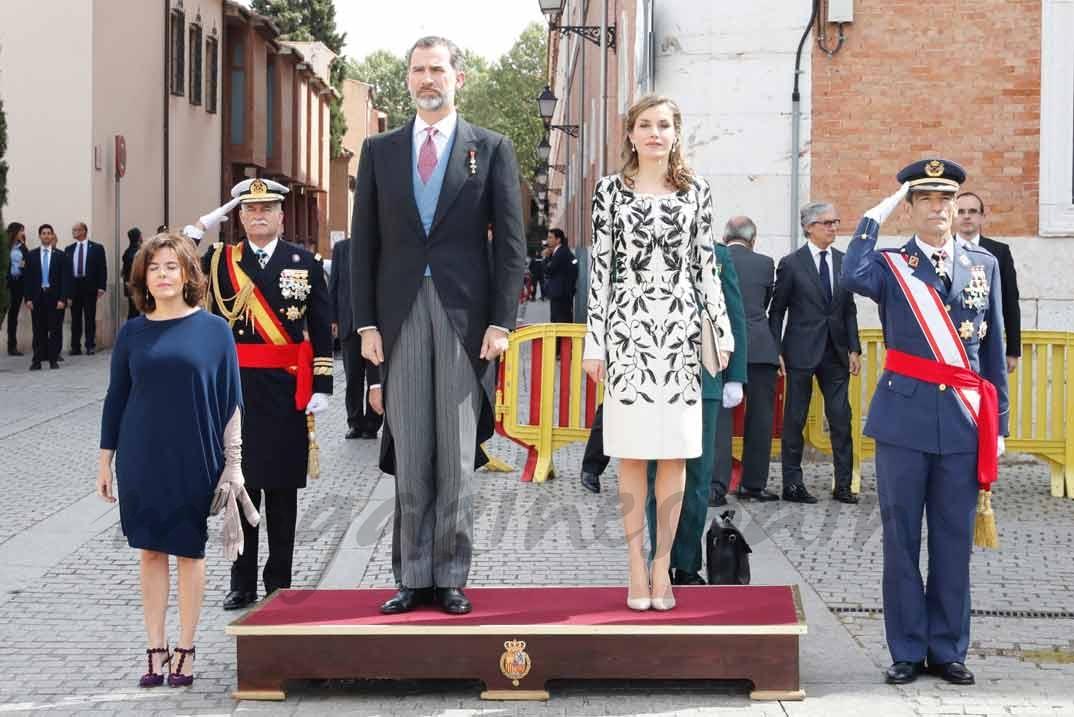 Sus Majestades los Reyes durante la interpretación del Himno Nacional © Casa S.M. El Rey
