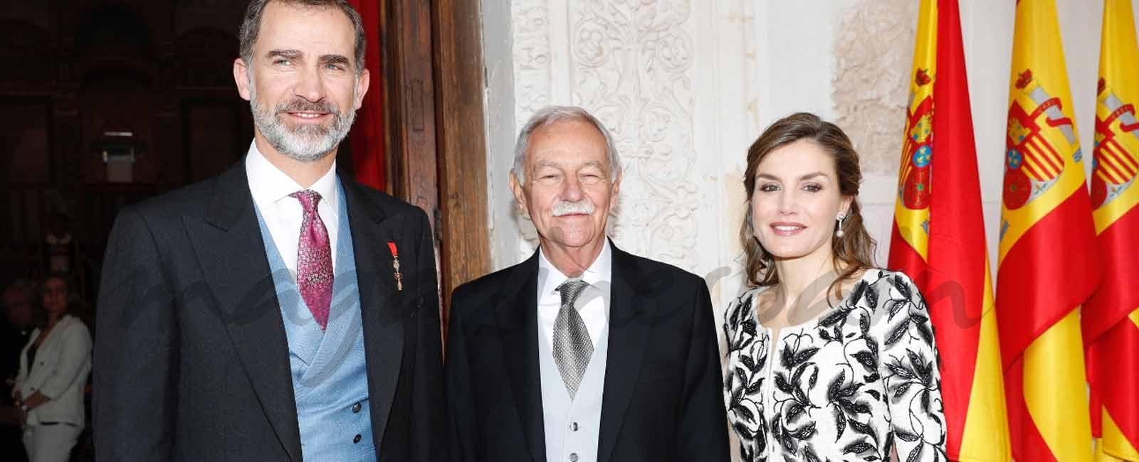 Sus Majestades los Reyes con el galardonado con el Premio de Literatura en Lengua Castellana