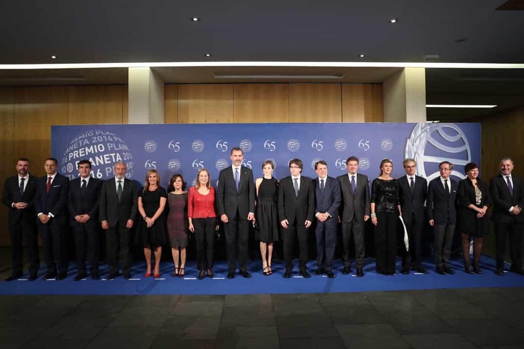 Sus Majestades los Reyes junto a las autoridades asistentes en la entrega del premio © Casa S.M. El Rey