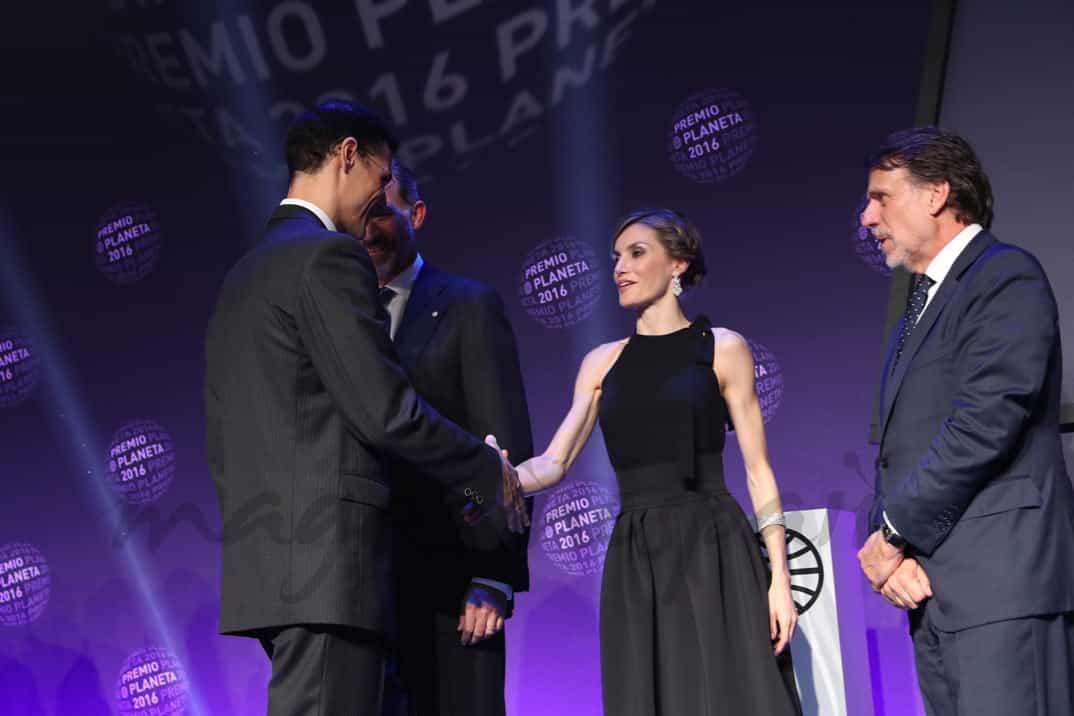 Su Majestad la Reina saluda al finalista del Premio Planeta, Marcos Chicot © Casa S.M. El Rey