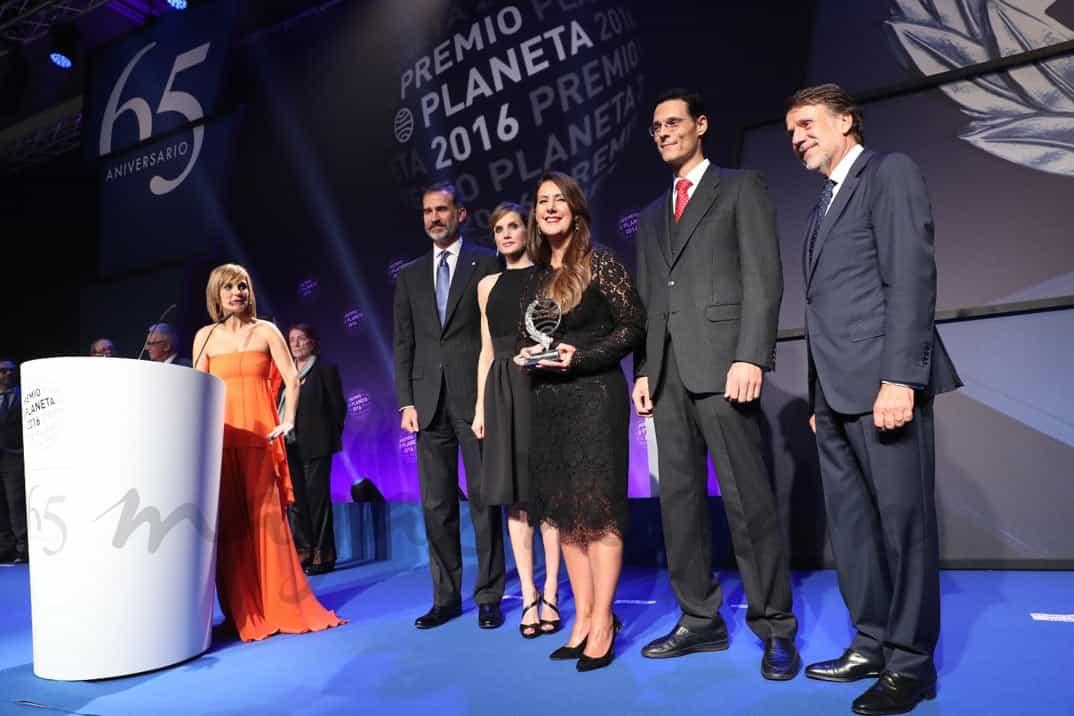 Sus Majestades los Reyes junto al presidente del Grupo Planeta, José Creuheras, la ganadora y el finalista del Premio Planeta 2016 © Casa S.M. El Rey