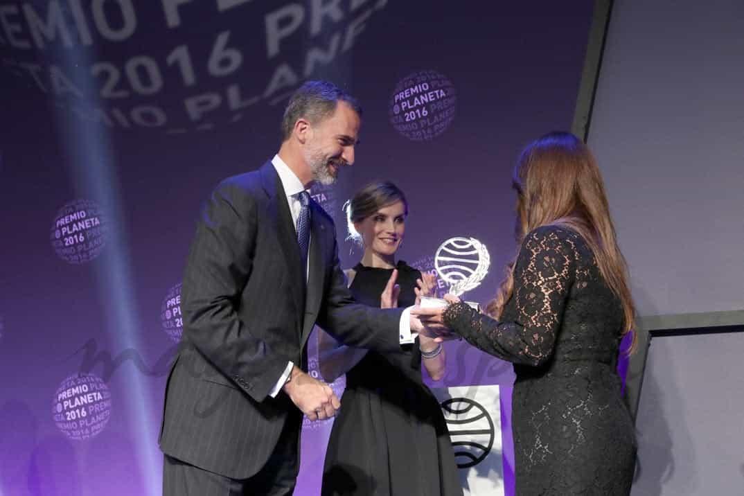 Su Majestad el Rey hace entrega del premio a la ganadora, Dolores Redondo © Casa S.M El Rey