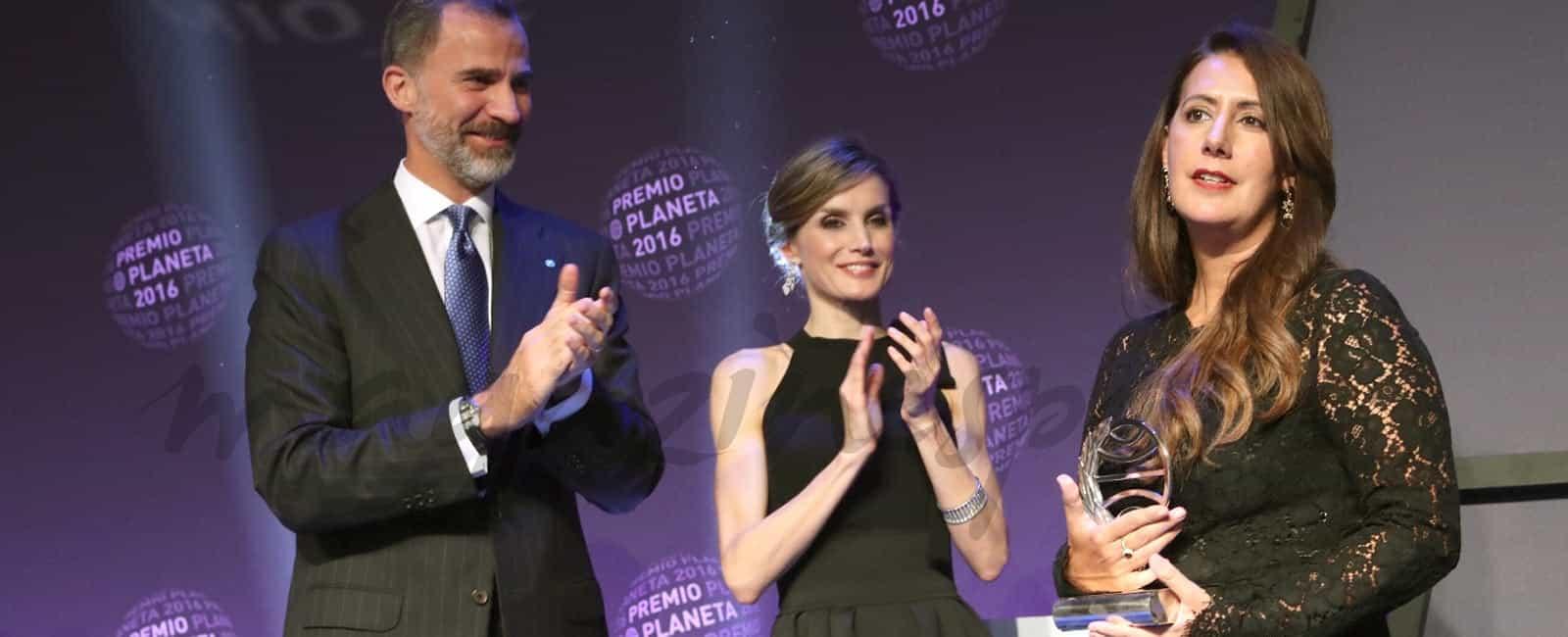 Los Reyes entregan a Dolores Redondo el 65º Premio Planeta de Novela