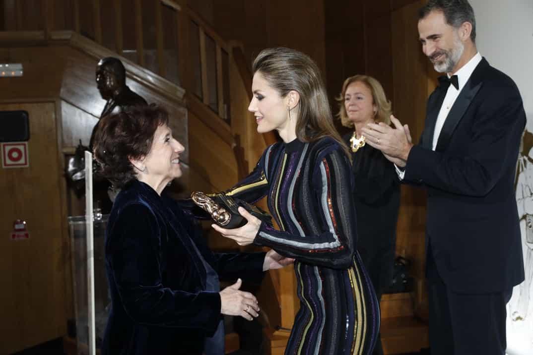 """Doña Letizia entrega a Victoria Prego el Premio """"Luca de Tena"""" © Casa S.M. El Rey"""