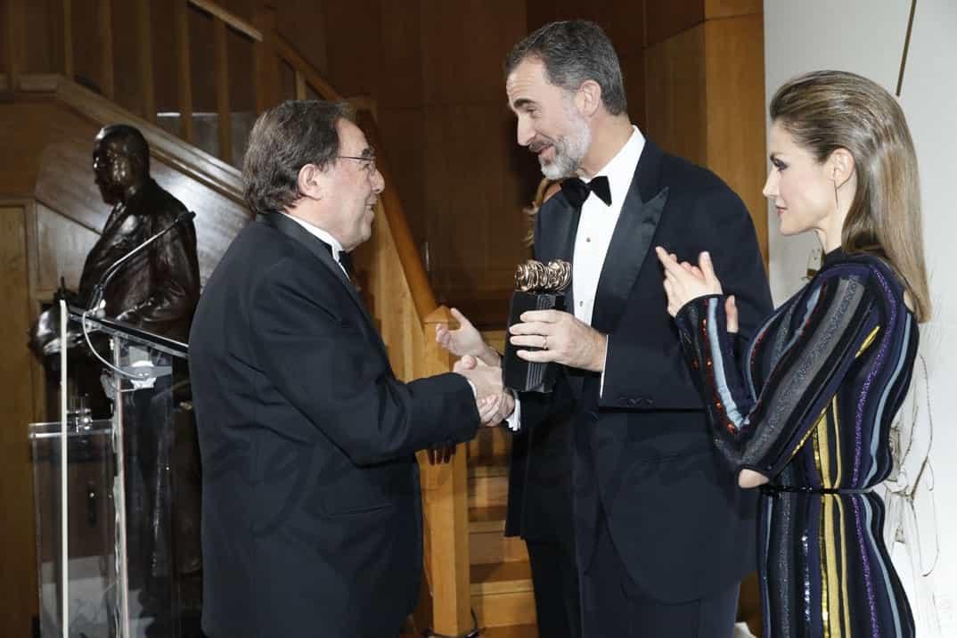 """Don Felipe entrega a Francesc de Carreras el Premio """"Mariano de Cavia"""" © Casa S.M. El Rey"""
