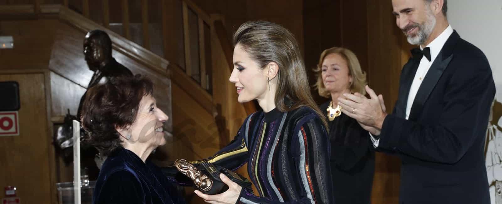 La reina Letizia apuesta por el efecto «semiwet»