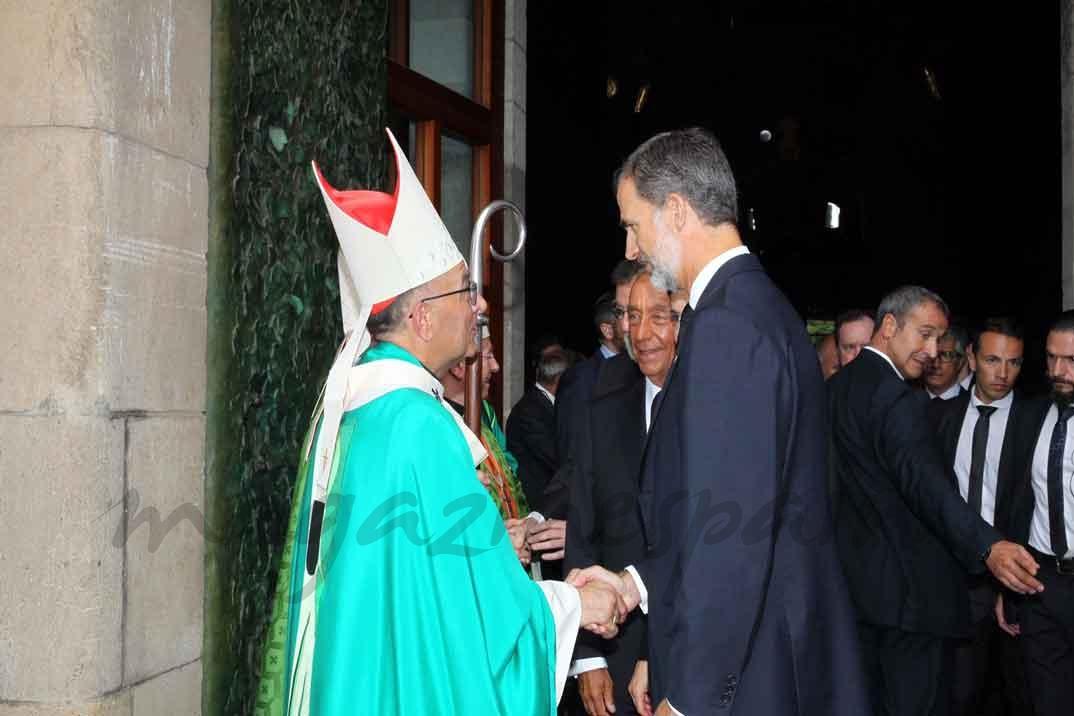 El cardenal arzobispo de Barcelona, Juan José Omella, despide a Sus Majestades los Reyes y el Presidente Rebelo de Sousa al finalizar al Eucaristía - Casa S.M. El Rey