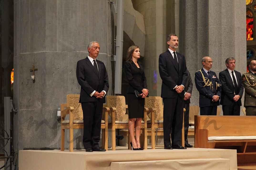 Los Reyes y el Presidente Rebelo de Sousa, en su lugar de honor en el Presbiterio de la Sagrada Familia - Casa S.M. El Rey