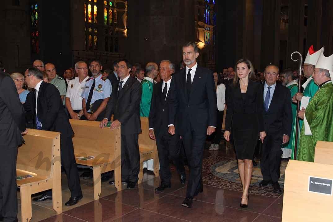 Los Reyes y el Presidente Rebelo de Sousa encabezan la procesión en el interior de la Sagrada Familia y se dirigen a su lugar de honor en el Prebiterio - Casa S.M. El Rey
