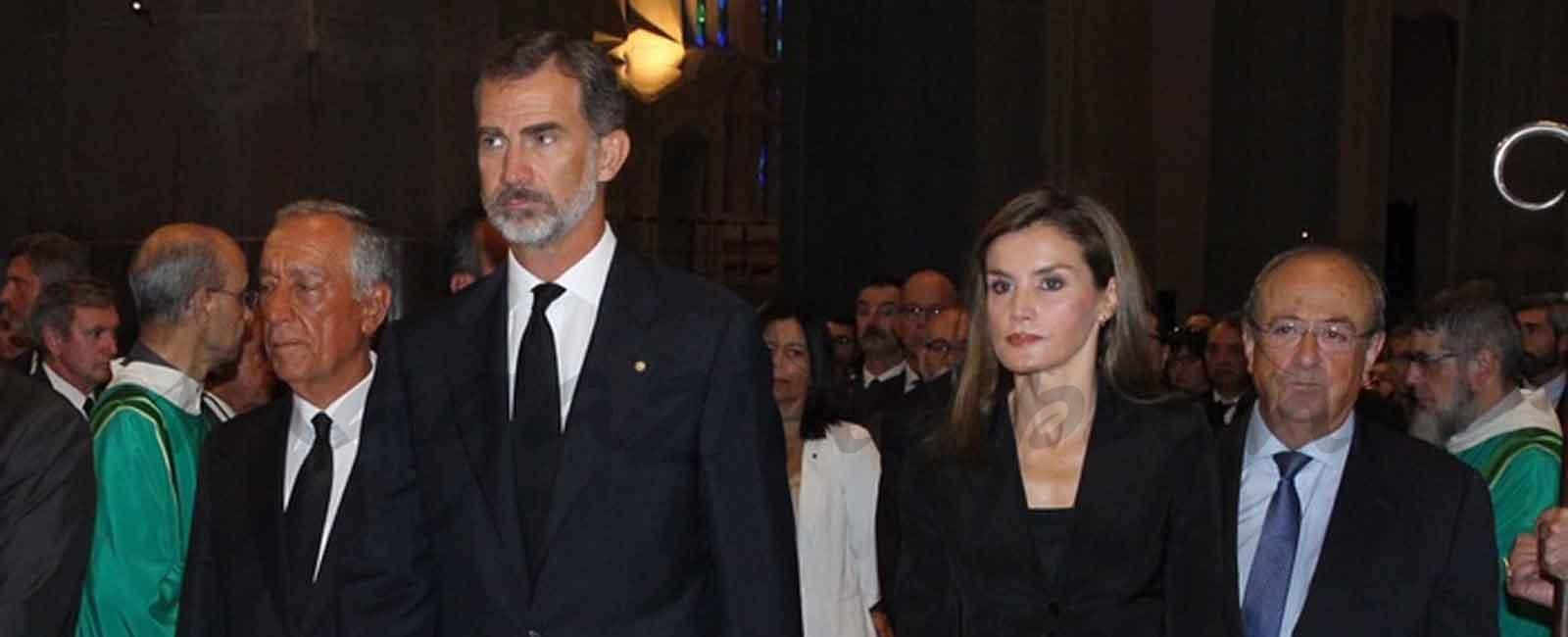 Los Reyes asisten a la misa en memoria de las víctimas de los atentados en la Sagrada Familia