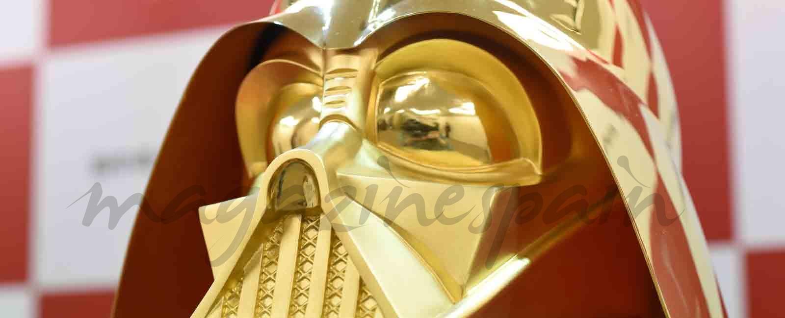 La máscara de Darth Vader y medallas conmemorativas de Star Wars en oro, para celebrar la séptima entrega.