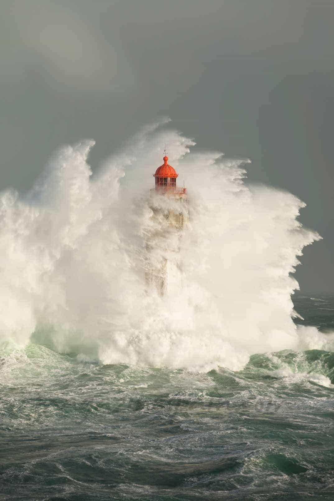 Faro en la tormenta