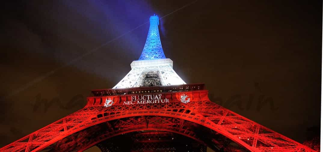 París ilumina la torre Eiffel con la bandera francesa