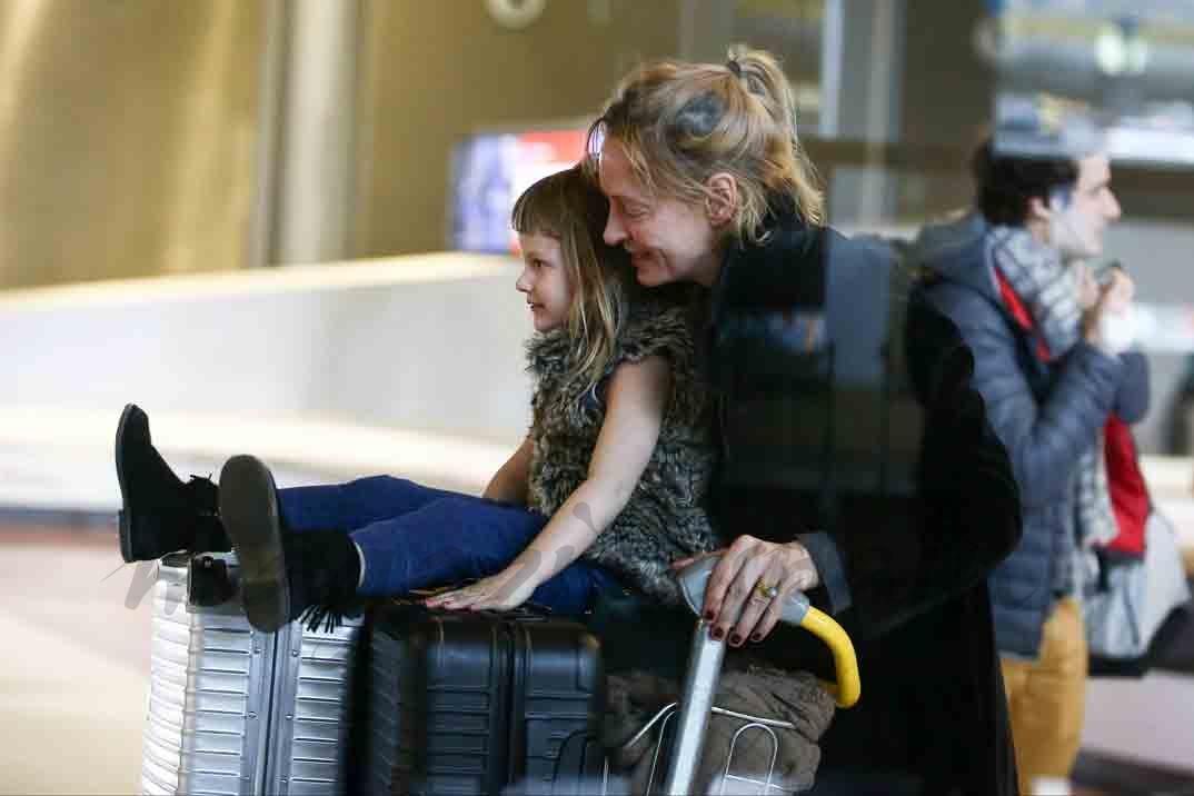 uma thurman y su hija en el aeropuerto