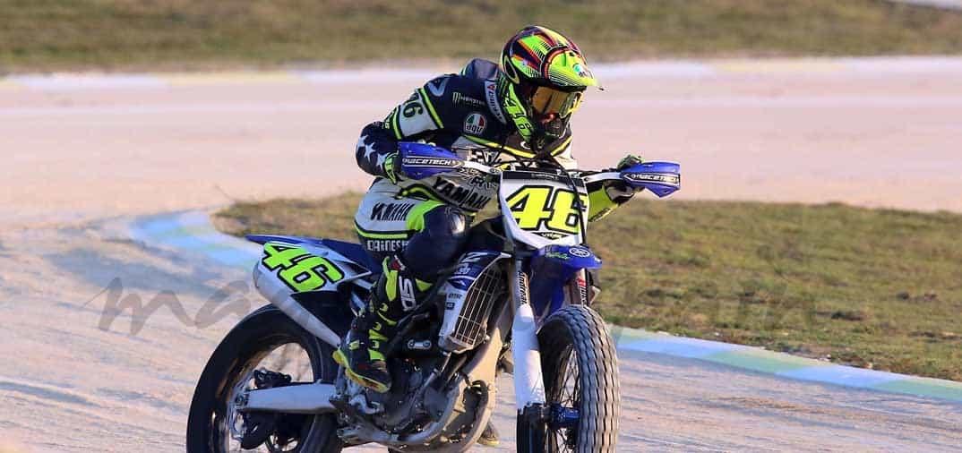 Valentino Rossi entrena, practicando «Dirt Track»